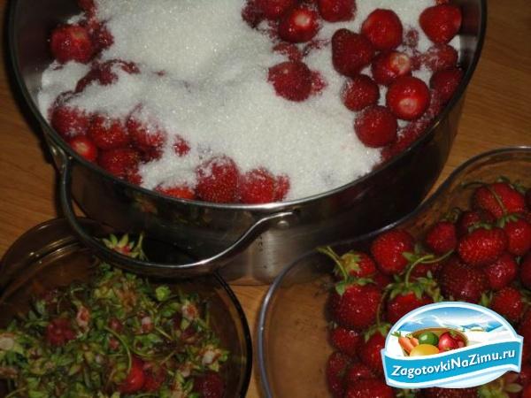 Рецепт клубничного варенья с цельными ягодами пятиминутка на зиму