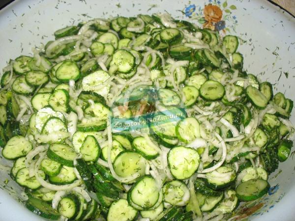 Рецепт салата из огурцов и лука на зиму с